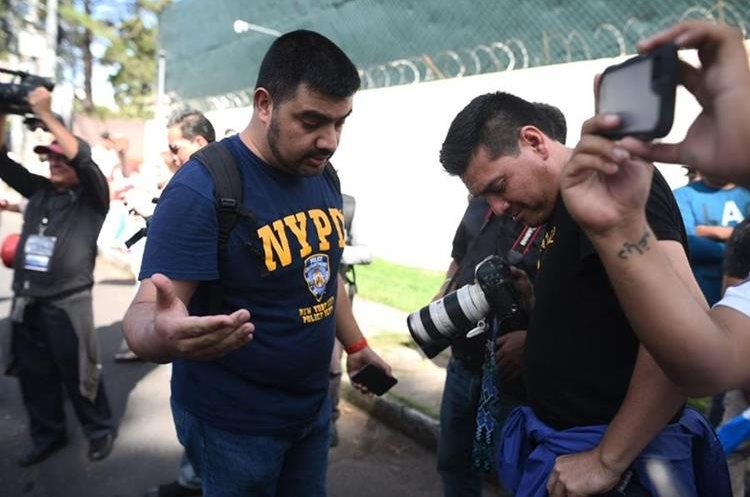 Momento en que Rodrigo Polo exige a uno de los periodistas sus credenciales de prensa. (Foto Prensa Libre: Cortesía)