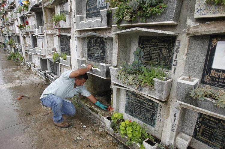 Arnoldo Pérez trabaja en una tumba donde hubo una exhumación. (Foto Prensa Libre: Paulo Raquec).