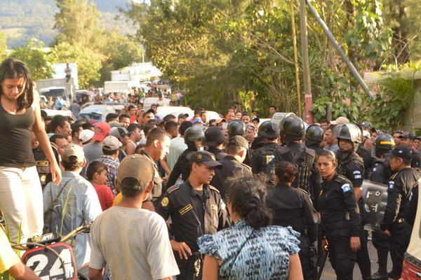 """<p>Vecinos y policías acuerdan que la mujer sea detenida y denuncie a quienes la obligaron a cometer el crimen. (Foto: Prensa Libre)<br _mce_bogus=""""1""""></p>"""