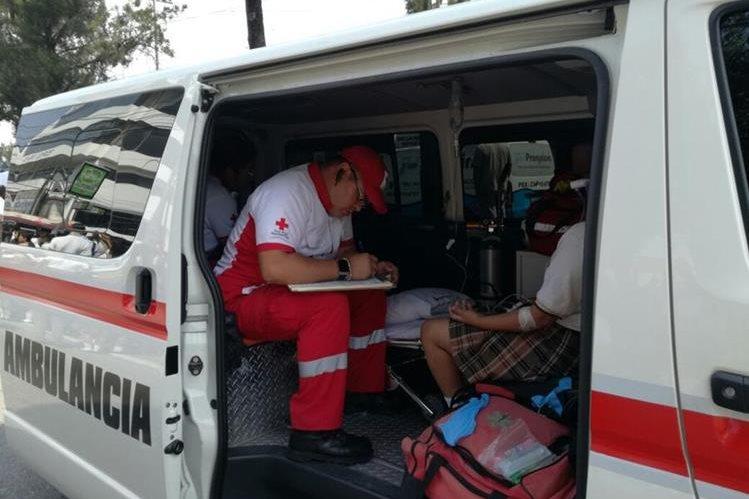 Socorristas de la Cruz Roja Guatemalteca acuden a la Calzada San Juan y 33 calle, donde fueron arrollados varios estudiantes. (Foto Prensa Libre: Cruz Roja Guatemalteca)