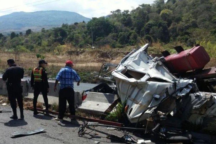 Lugar donde se registró el accidente en el km 33.5 de la ruta a El Salvador. (Foto Prensa Libre: Bomberos Voluntarios).