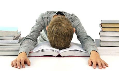 Los padres de familia deben saber comunicarse con los colegios para que las exigencias en tareas y los horarios no sobrepasen los límites (Foto Prensa Libre: Alamy).