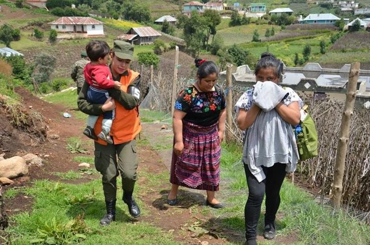 Familias retornaron a sus hogares en Aldea Las Brisas, San Marcos, con el apoyo del ejército. (Foto Prensa Libre: Estuardo Paredes)
