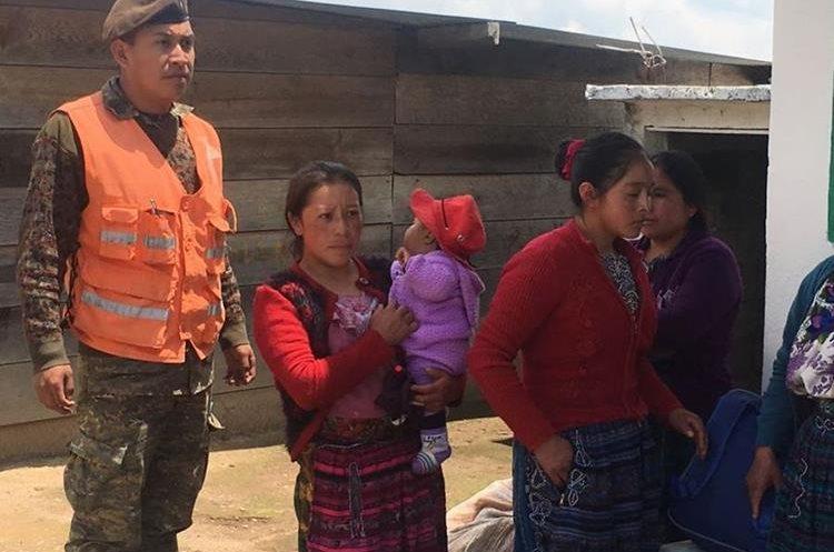 Mujeres y niños fueron los primeros en salir hacia la aldea.