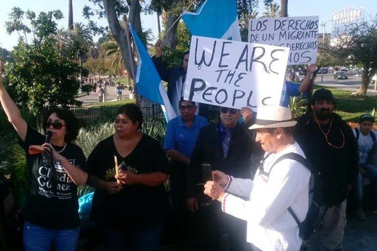 Guatemaltecos hicieron una vigilia en el parque MacArthur, en Los Ángeles, California, para exigir justicia por el asesinato de Claudia Gómez a manos de la Patrulla Fronteriza. (Foto Prensa Libre: Walter Batres)