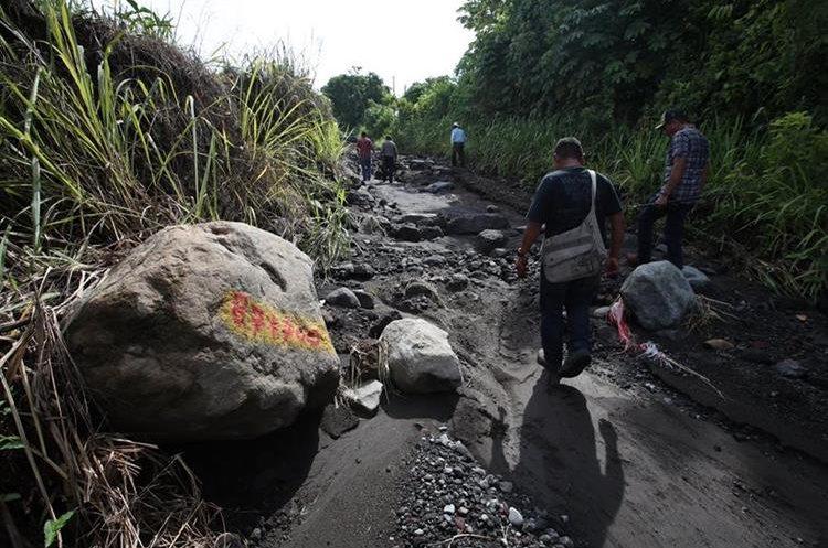 Las corrientes de agua arrastran grandes rocas que obstruyen los caminos en la comunidades.