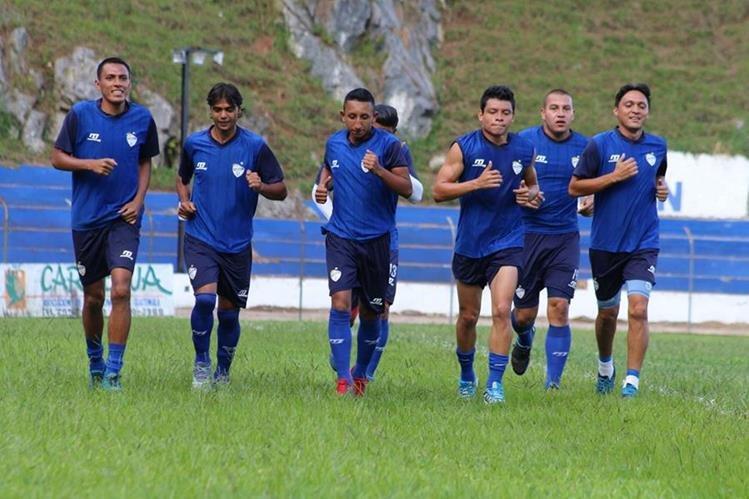 Jugadores de Cobán recorren el estadio José Ángel Rossi, durante un entrenamiento previo a enfrentar a los rojos en el duelo de hoy. (Foto Prensa Libre: Eduardo Sam)