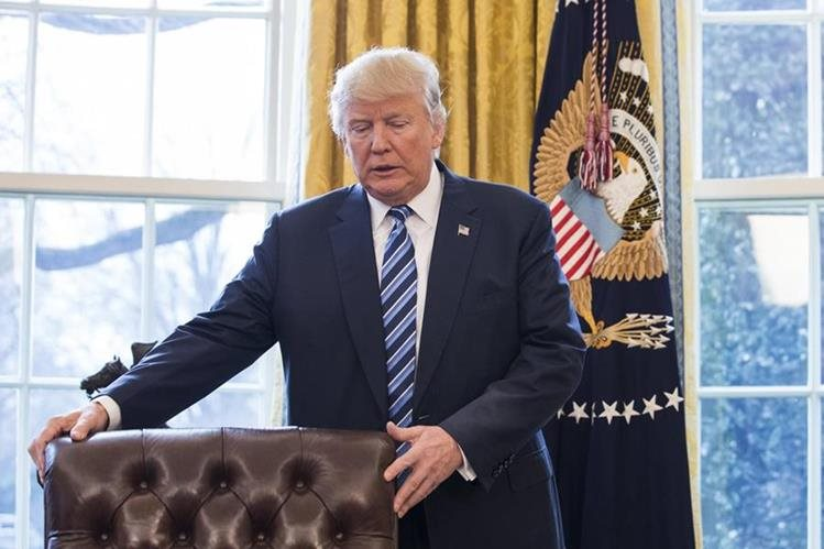 Donald Trump en su escritorio en el salón Oval de la Casa Blanca. El mandatario estadounidense probablemente acudirá ante la Corte Suprema. (Foto Prensa Libre: EFE)