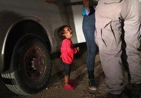 Mujeres centroamericanas, junto a sus hijos, intentan llegar a Estados Unidos.