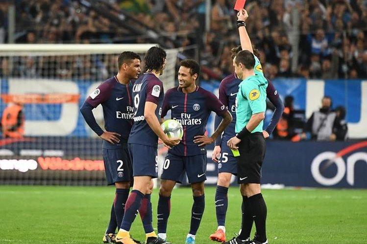 Neymar no puede creer que el árbitro le haya mostrado la tarjeta roja en el clásico contra el Marsella. (Foto Prensa Libre: AFP)