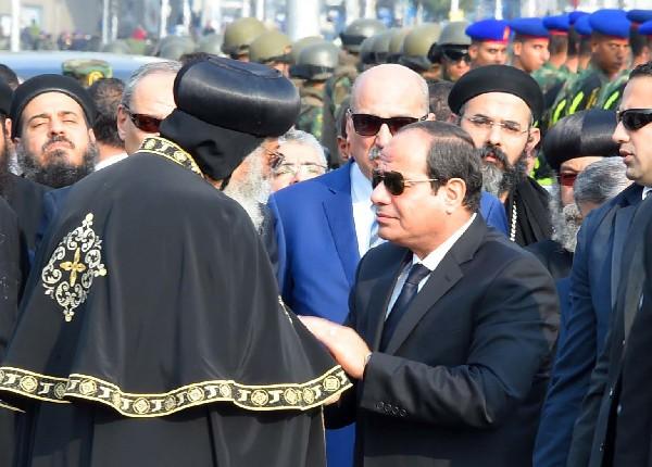 Abdel Fattah al-Sisi (d) ofrece sus condolencias al Papa copto egipcio Tawadros II.(AFP).