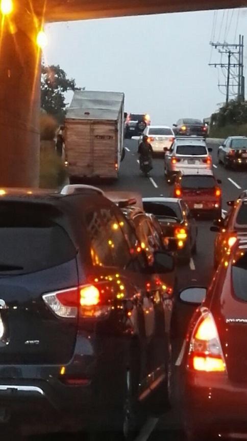 Camión con sobrecarga queda con las llantas delanteras en el aire, en el viaducto de El Naranjo. (Foto Prensa Libre: Roni Pocón)
