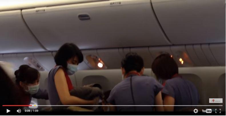 El parto de la mujer fue grabado por los pasajeros del avión. (Foto: captura de video Youtube).
