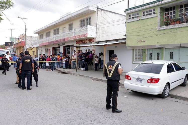 Agentes de la Policía Nacional Civil, Peritos del MP y socorristas de Bomberos Voluntarios en el lugar donde fue atacado González. (Foto Prensa Libre: Carlos Ventura)