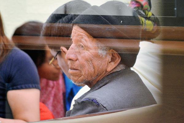 Everardo García Díaz, de 65 años, escucha la sentencia en su contra por el delito de violación, en Quetzaltenango. (Foto Prensa Libre: Alejandra Martínez)