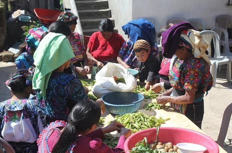 Mujeres preparan alimentos para quienes llegan e expresar condolencias  a la familia Gómez. (Fotos Prensa Libre: Fred Rivera)