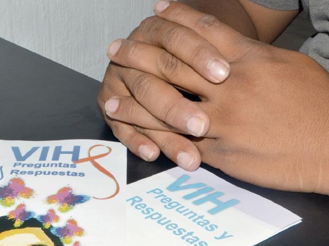 Luego de   haber  superado la depresión por ser portador de VIH, Alejandro*  se dedica a la orientación de  jóvenes en  Izabal.