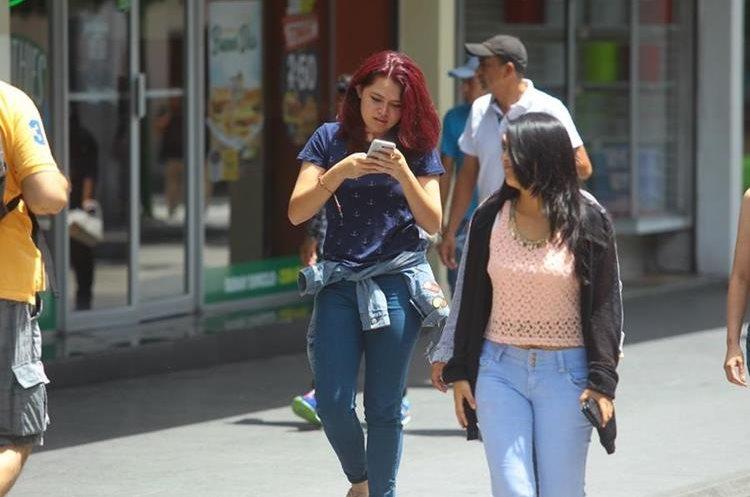 Muchos jóvenes ya no pueden vivir sin el teléfono celular.