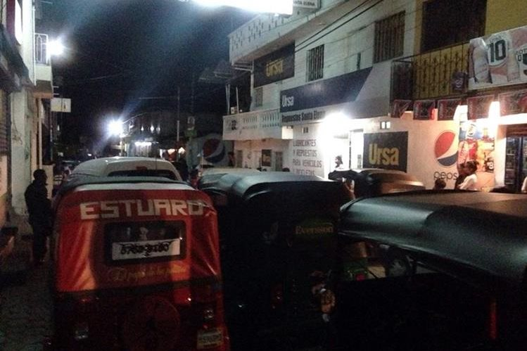 Pilotos de mototaxis estacionan sus unidades frente a juzgado de Sacapulas, Quiché, para exigir justicia por agresión a uno de sus compañeros. (Foto Prensa Libre: Óscar Figueroa)