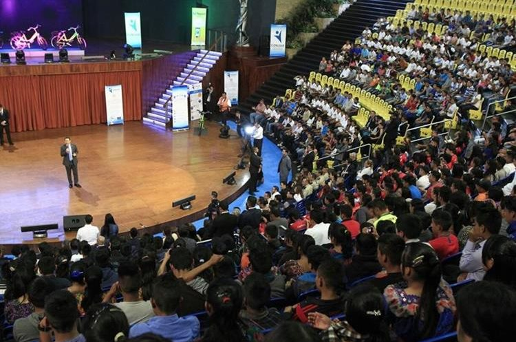 Jóvenes estudiantes de establecimientos públicos asistieron a la actividad por el Día Internacional de la Juventud. (Foto Prensa Libre: Carlos Hernández)