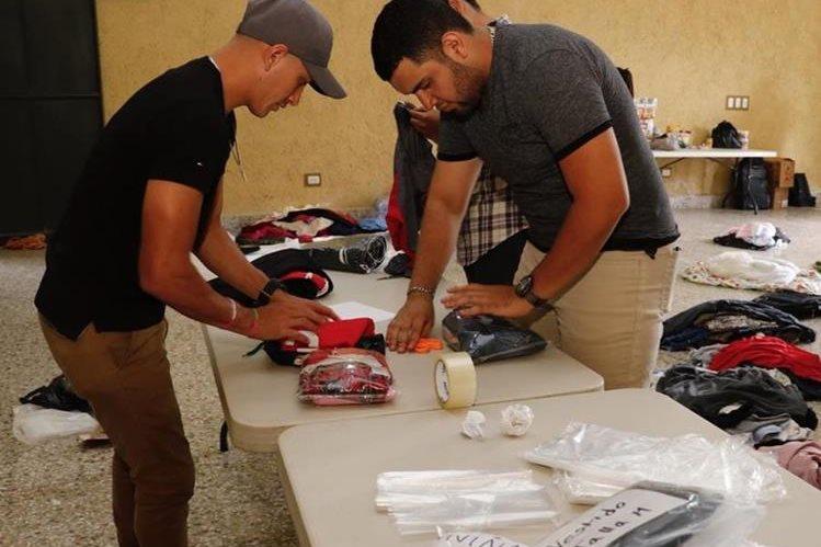 El jugador de Cobán Imperial Eduardo Soto colabora durante la recaudación de ayuda para los afectados por la erupción del volcán de Fuego. (Foto Prensa Libre: Eduardo Sam)