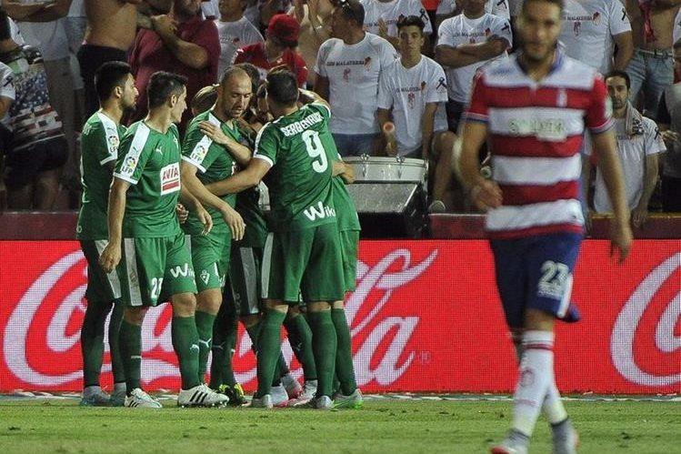 Los jugadores del Eibar celebran el tercer gol del equipo ante el Granada, conseguido por Arruabarrena, durante el partido de la primera jornada de la Liga. (Foto Prensa Libre: EFE)