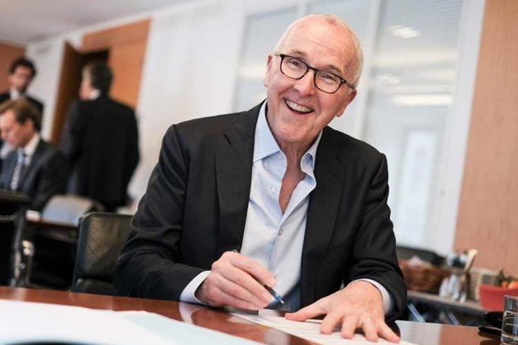 Frank McCourt firma el documento que lo hace propietario del Olympique de Marsella. (Foto Prensa Libre: Twitter).