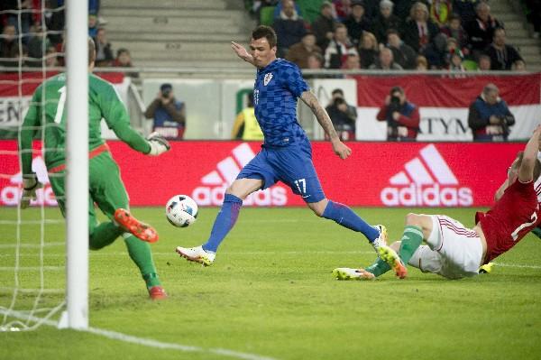 Mario Mandzukic marcó el único gol de Croacia en el partido contra Hungría. (Foto Prensa Libre: EFE).
