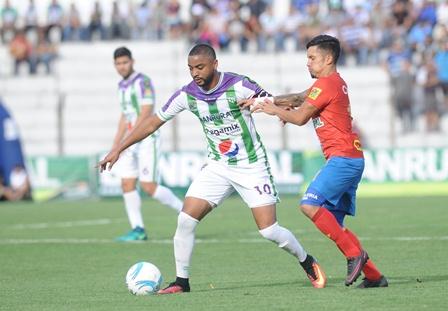 El costarricense Manfred Russell fue fundamental para que Antigua GFC se coronara campeón del Apertura 2016. (Foto Prensa Libre: Francisco Sánchez).