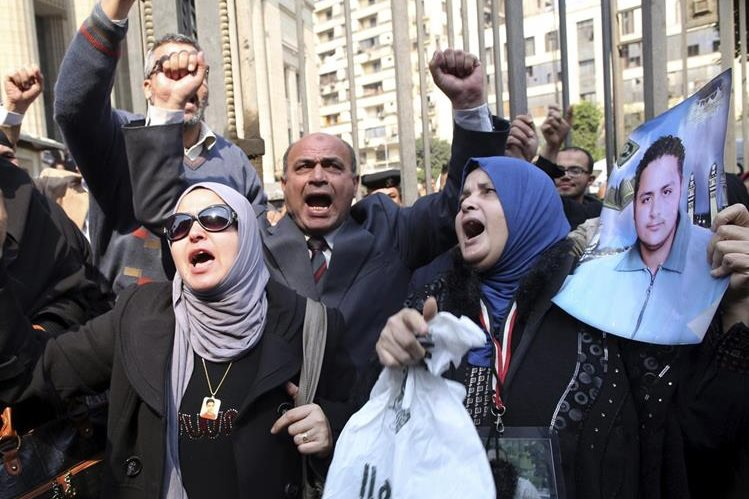 Familiares de las víctimas asesinadas en la masacre del partido de fútbol en Port Said en febrero de 2012, reaccionan ante el Tribubal de el Cairo. (Foto Prensa Libre: EFE)