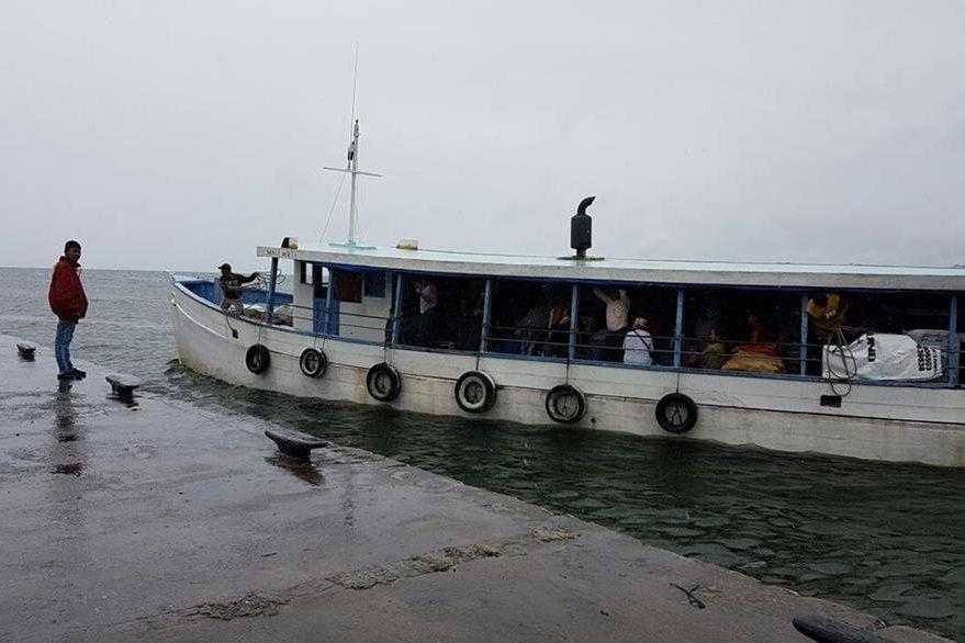 Lancheros en Lívingston, Izabal, coordinan paso de embarcaciones. (Foto Prensa Libre: Dony Stewart)
