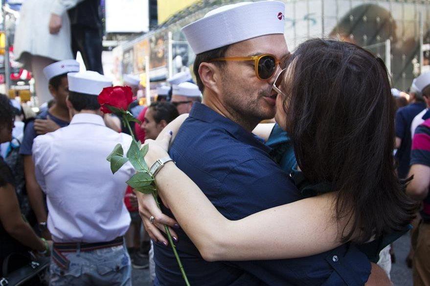 Cientos de parejas recrearon este viernes en Nueva York el célebre beso de Times Square. (Foto Prensa Libre: AP).