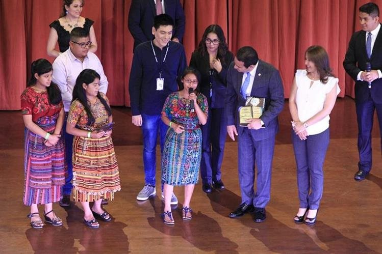 Presidente felicitó a jóvenes destacados durante la actividad del Conjuve. (Foto Prensa Libre: Carlos Hernández)