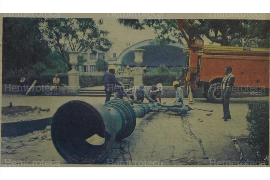Trabajadores de la empresa Electrica  proceden a retirar este viejo y bello poste de alumbrado eléctrico el 19/2/1994. ( Foto: Hemeroteca PL)