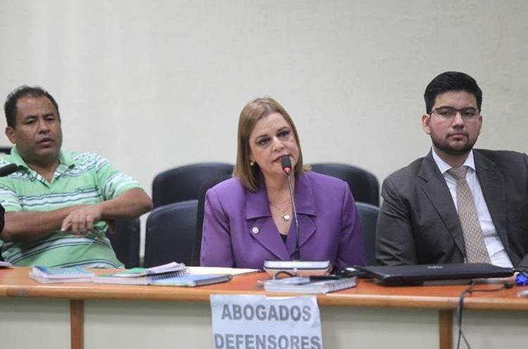 Anahí Keller habla ante el juez Cuarto, Carlos Guerra. (Foto Prensa Libre: Esbin García)