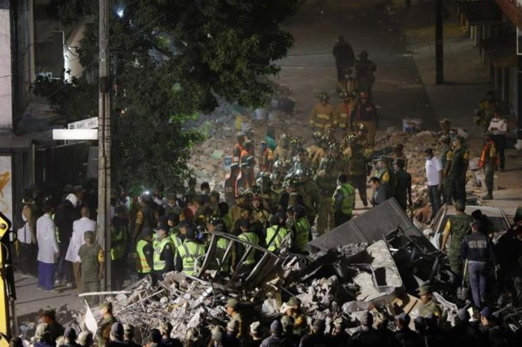 Cuerpos de socorro, Ejército y particulares en labores de rescate. (Foto Prensa Libre: Agencias)