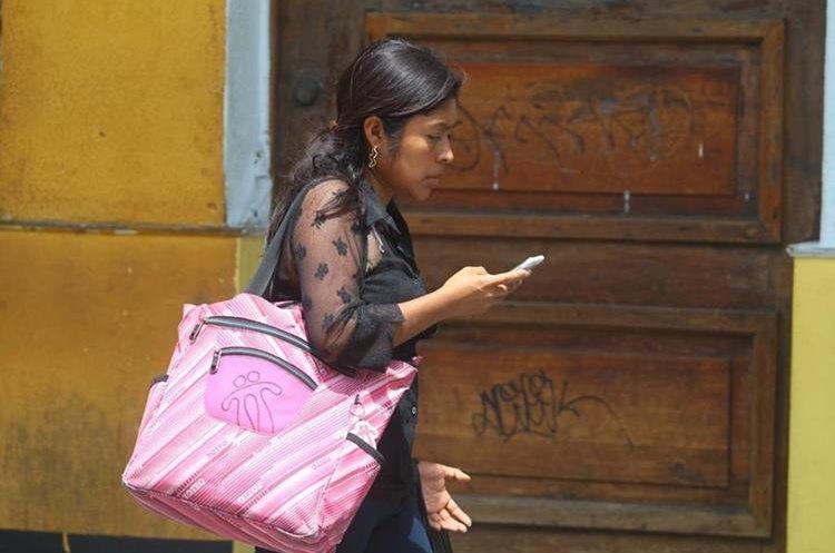 Se calcula que las personas tienen contacto con el celular durante 12 horas al día.