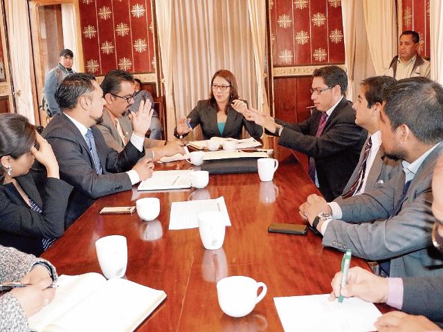 Integrantes de la junta directiva de la Asociación de Abogados y Notarios de Quetzaltenango se reunieron ayer con la gobernadora Claudia  Ávila, para exigirle que se  fortalezca la  seguridad. (Foto Prensa Libre: Carlos Ventura).