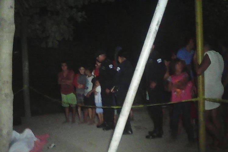 Curiosos observan el cadáver de Candy Beltrán, en La Blanca, San Marcos. (Foto Prensa Libre: Alexánder Coyoy).