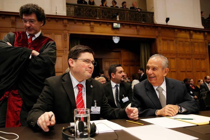 El delegado de la representación costarricense ante la CIJ, Edgar Ugalde Álvarez (d), y el embajador de Costa Rica en Holanda, Sergio Ugalde, sonríen tras conocer la resolución de la CIJ. (Foto Prensa Libre: EFE).