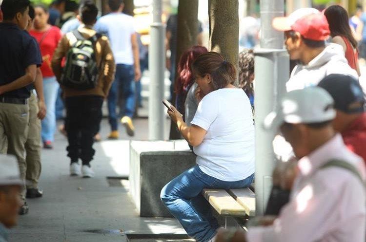 Cualquier momento es oportuno para revisar el celular.
