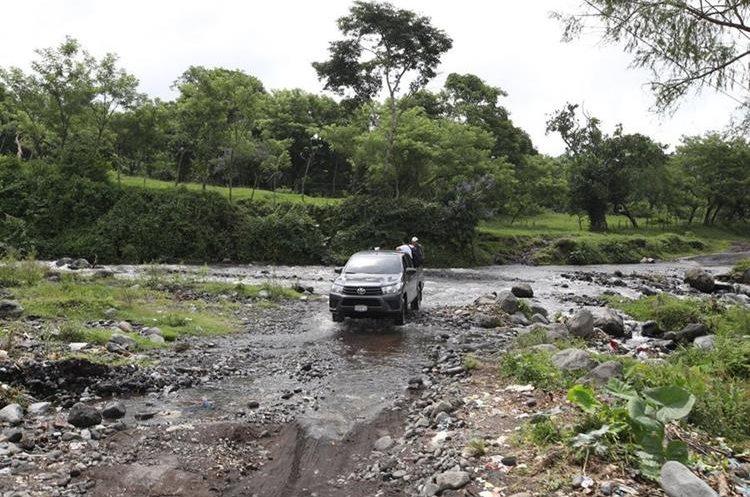En el invierno la creciente del río bloquea la ruta de acceso a las comunidades en riesgo.
