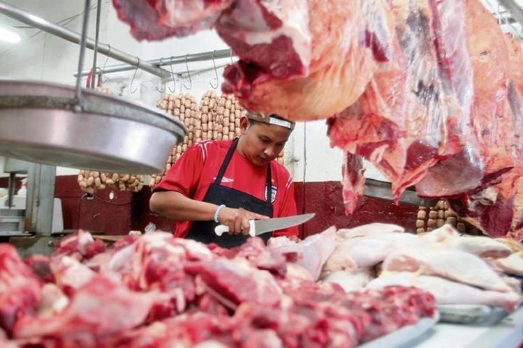 La libra de carne roja bajó Q4 en los mercados capitalinos, mientras que la libra de pollo importado disminuyó su precio en Q1 en algunos expendios de la Ciudad de Guatemala.(Foto Prensa Libre: Hemeroteca Pl)