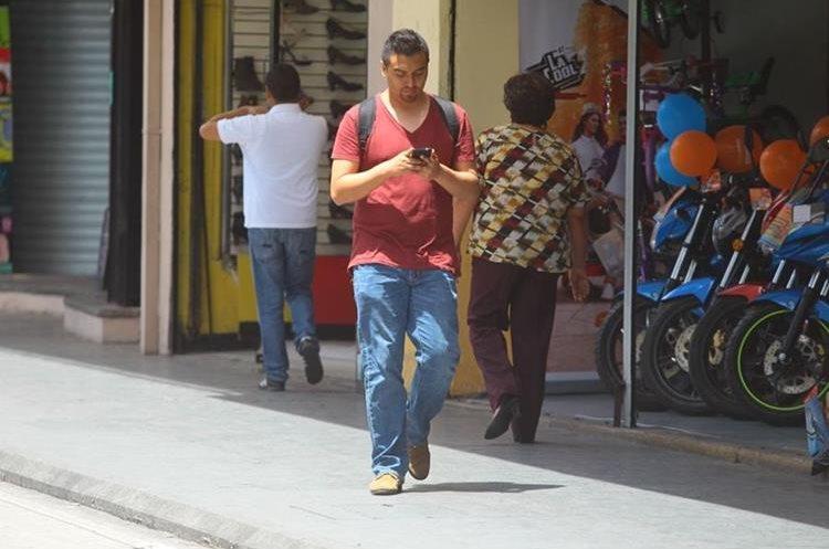El peligro de caminar mientras se usa el celular aumenta cuando se utilizan las dos manos.