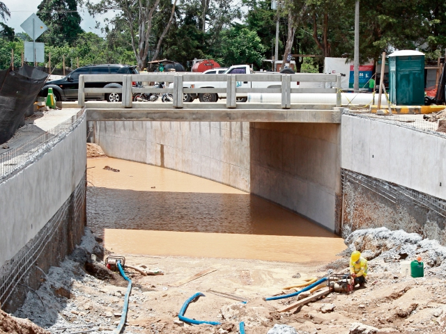 El viaducto Las Flores, en Cayalá, zona 16, no tiene la mitad del avance, y todavía excavan rampas.