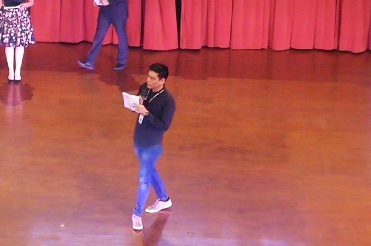 Edgar Chin, director de Conjuve presentó los trabajos a los jóvenes convocados. (Foto Prensa Libre: Geldi Muñoz)