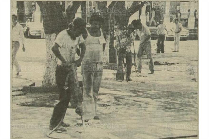13/02/1984: Trabajadores municipales proceden a abrir agujeros  para poner laminas ( Foto: Hemeroteca PL)