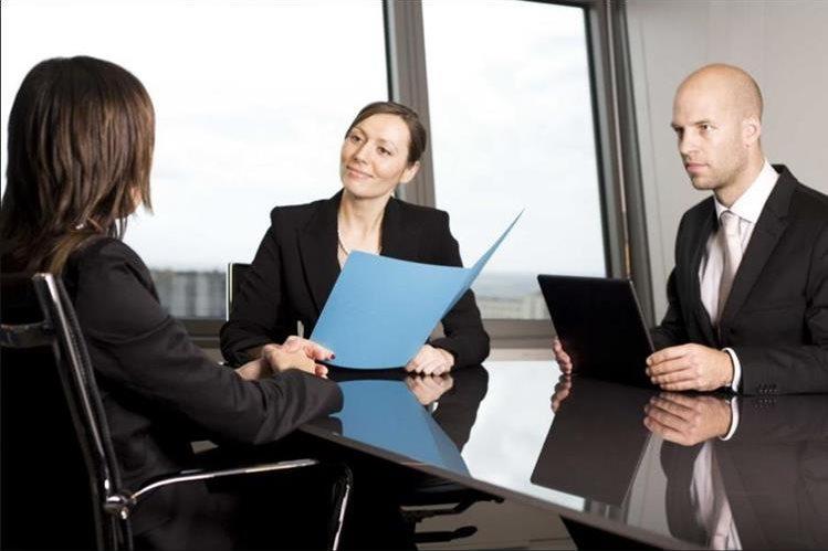 Expertos en Recursos Humanos aconsejan prepararse para la primera entrevista laboral y vestir de manera apropiada. (Foto Prensa Libre: www.wordpress.com)