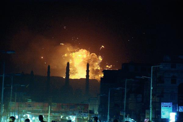 Bombardeo de una fábrica de armas en la capital de Yemen. (Foto Prensa Libre: EFE)