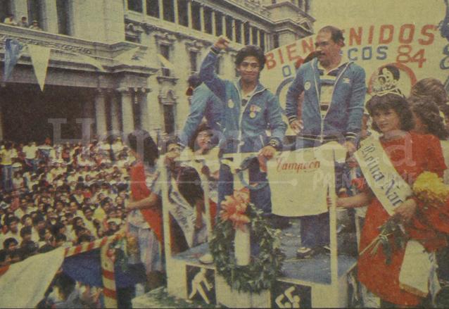 Carlos Motta saluda a las personas que salieron a recibirlo en la Plaza de la Constitución el 16 de agosto de 1984. (Foto: Hemeroteca PL)